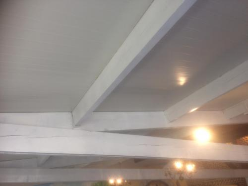 salle de réception avec  poutres blanches