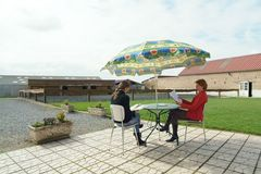 Terrasse, pelouse et parking.